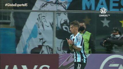 Ferreira desfila em campo na vitória do Grêmio sobre o Lanús e encaminha classificação