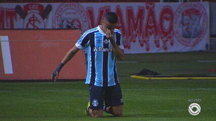 Ricardinho paga promessa e atravessa o campo do Beira-Rio de joelhos