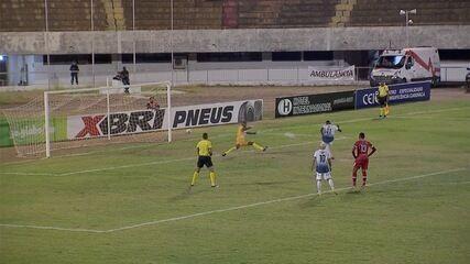 Goleiro corre em direção a atacante em pênalti e ainda sofre o gol no estadual de MS