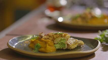 Peixe na brasa com purê de abóbora e paçoca de carne seca