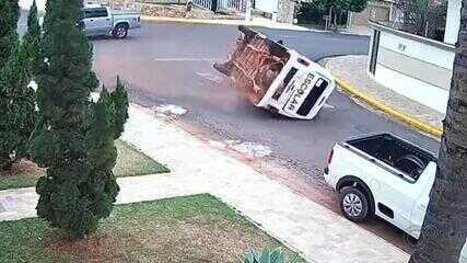 Veículo escolar tomba após batida em cruzamento de Tupã