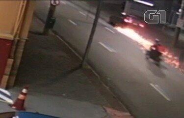 Motoboy é atropelado e moto é arrastada por quase três quilômetros em São José