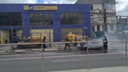 Carro pega fogo e deixa trânsito congestionado em Salvador