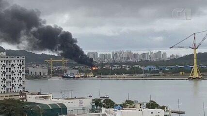 Incêndio atingiu embarcação em Guarujá, SP
