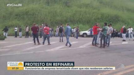 Funcionários da limpeza da refina Landulpho Alves protestam por salários atrasados