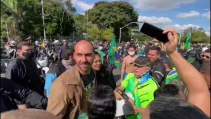 VÍDEO: Eduardo Bolsonaro provoca aglomeração ao final do passeio de moto em SP