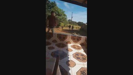 Moradora mostra policiais em busca de suspeito de matar família em Ceilândia