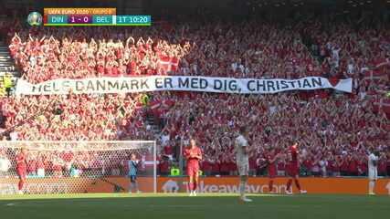 10 minuti dell'inizio del primo tempo - giocatori e tifosi rendono omaggio a Christian Eriksen