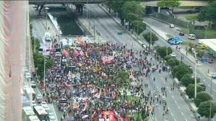 Manifestantes fazem ato contra Bolsonaro e a favor da vacinação no Rio