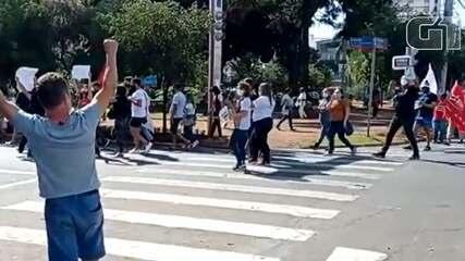 Manifestantes protestam contra Bolsonaro, em Anápolis
