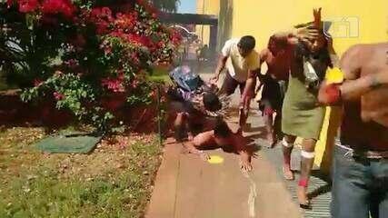 VÍDEO: Confronto entre policiais e indígenas durante protesto no DF tem feridos