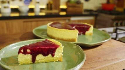 Cheesecake de coalhada com calda de jabuticaba