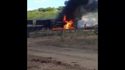 Caminhão carregado de cimento pega fogo na BR-226 no RN