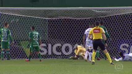 Pelo Campeonato Brasileiro, o Corinthians derrotou a Chapecoense por 1 a 0 em Santa Catarina