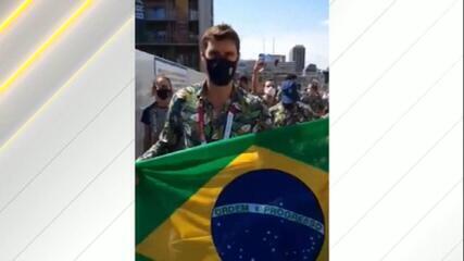 Olimpíadas: delegação brasileira faz desfile improvisado horas antes da cerimônia de abertura em Tóquio