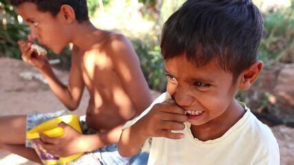 Retrato da fome: caldo de ossos alimenta família por três dias em Cuiabá