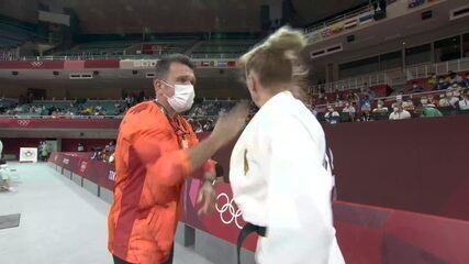 Alemã Martyna Trajdos recebe tapas do técnico antes de subir no tatame