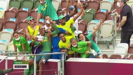 Alison comemora com a família e a equipe de atletismo do Brasil após bronze - Olimpíadas de Tóquio