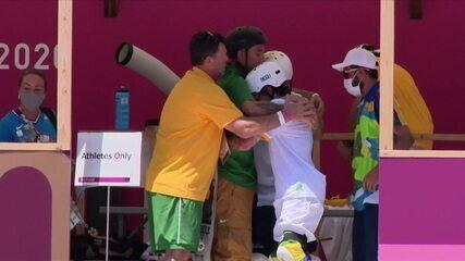 Brasileiros fazem corrente antes de entrar na pista para a final do skate park - Olimpíadas de Tóquio