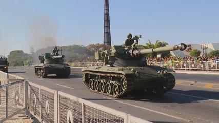 VÍDEO: Blindados e outros veículos militares desfilam em frente ao Palácio do Planalto