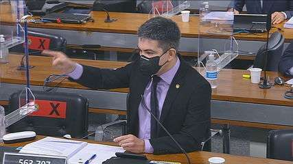 'Lamentável espetáculo circense na Esplanada dos Ministérios', diz Randolfe sobre desfile de blindados