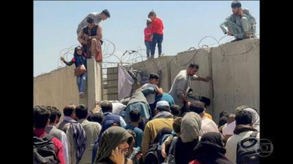 I genitori consegnano i figli ai militari nella speranza di una vita lontana dai talebani