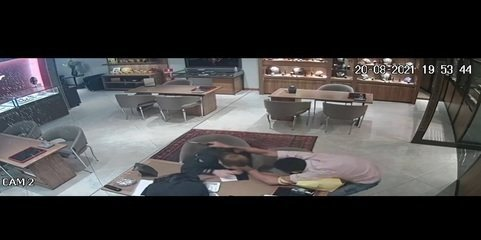 Assaltantes fazem vendedora de escudo em loja