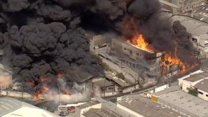 Vídeo: Incêndio de grandes proporções atinge galpão em Barueri, na Grande SP