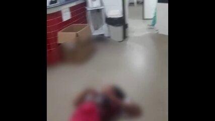 Mulher esfaqueada aguarda atendimento no chão de unidade de saúde em Ferreiros
