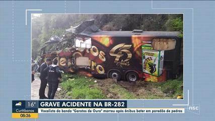 Vocalista da banda Garotos de Ouro morre em acidente com ônibus em SC