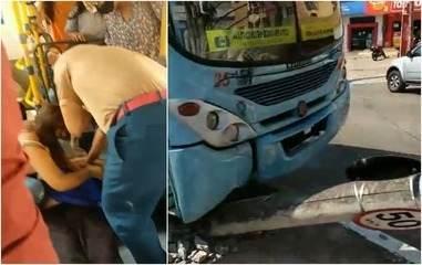 Ônibus sobe canteiro e derruba poste em cima de veículo em avenida de Fortaleza