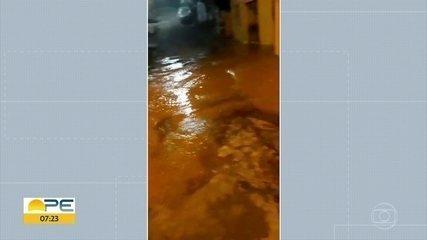 Vazamento em reservatório da Compesa alaga casas em São Lourenço da Mata