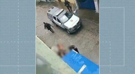 Vídeos mostram PMs atirando para cima e batendo em mulher com arma na Zona Leste de Natal