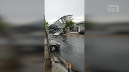 Telhado de lojas 'voam' com temporal registrado nesta quarta-feira (15) em Teresina