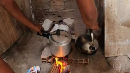 Famílias improvisam na cozinha após reajuste de 7% no gás de cozinha em setembro