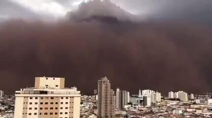 A enorme nuvem de poeira formou-se em cidades do interior paulista no fim de semana; longa estiagem foi a origem do fenômeno