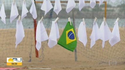 Ato em Copacabana lembra das quase 600 mil vidas perdidas para Covid-19 no Brasil