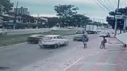 Vídeo mostra acidente causado por buraco em rodovia de Vila Velha