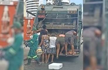 Pessoas buscam comida em caminhão de lixo em Fortaleza
