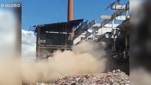 c5ef5e8a86 RIO - Cerca de 60 operários trabalham na demolição da antiga fábrica do  Sabão Português na Avenida Brasil, no Caju. Os trabalhos começaram no fim  de março ...