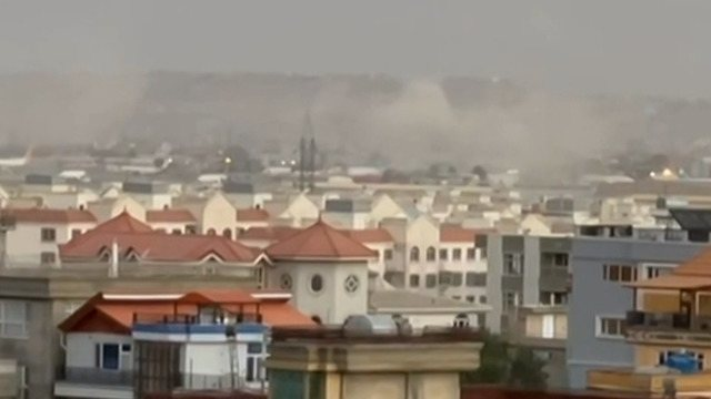 Nuvole di fumo o polvere sono state registrate a Kabul dopo una massiccia esplosione avvenuta fuori dall'aeroporto.  Ore prima, diversi paesi occidentali hanno avvertito i civili di lasciare la regione a rischio di attacchi terroristici.