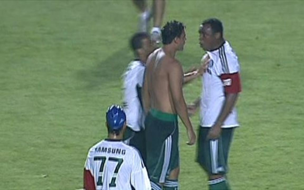 Maurício e Obina, ambos do Palmeiras, brigam em campo e são expulsos