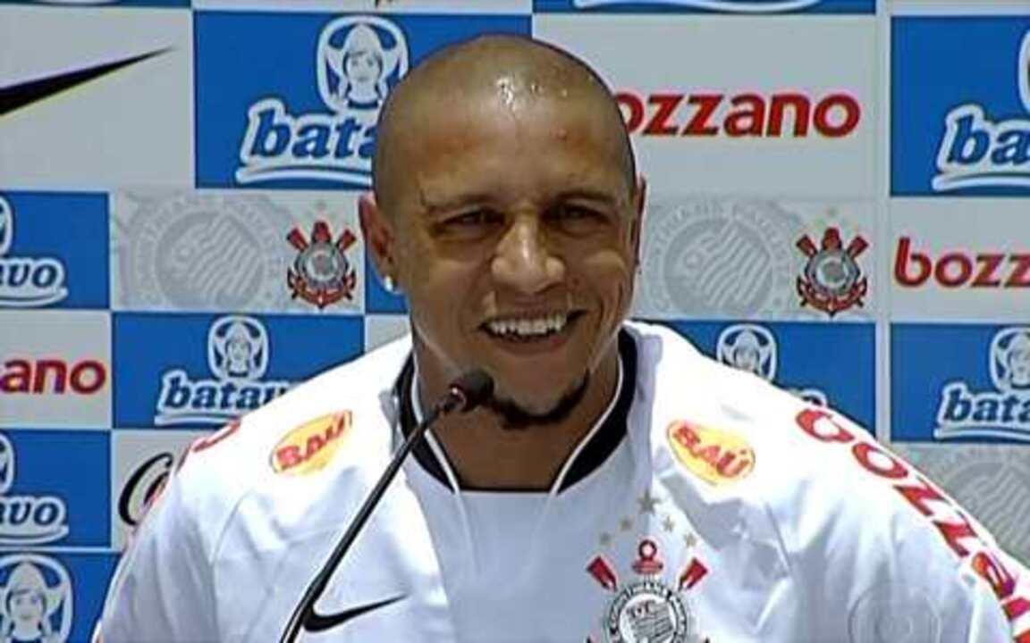 Roberto Carlos é recebido com festa no Corinthians