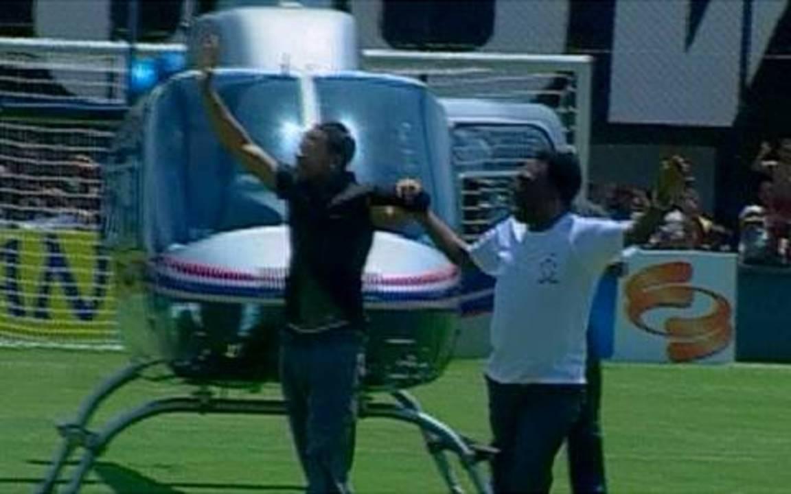 Robinho chega à Vila Belmiro acompanhado por Pelé