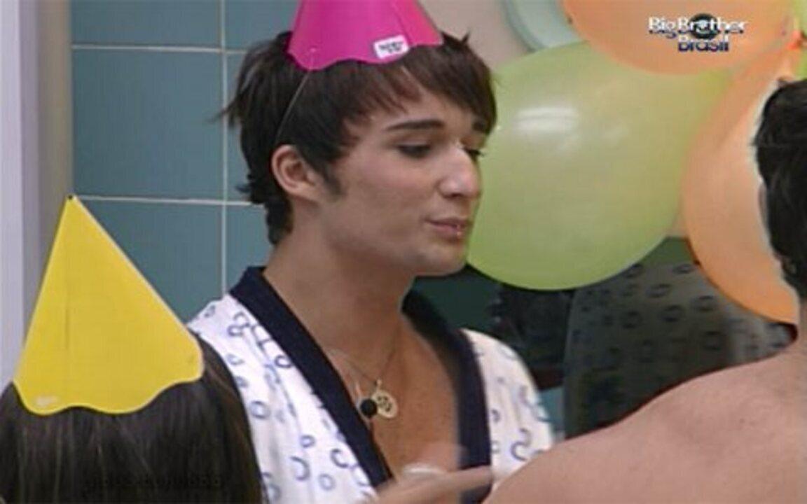 Sérgio faz discurso de aniversário e agradece aos brothers pelo respeito com ele