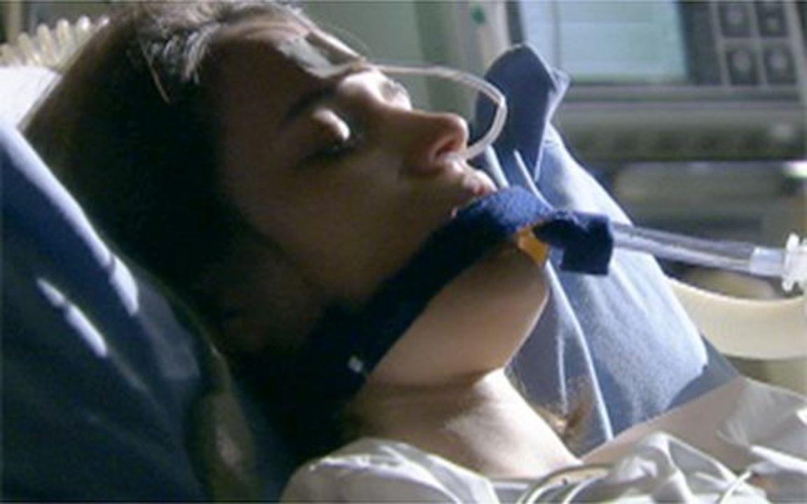 Passione - Capítulo de Quinta-feira, 17/06, na íntegra - Fátima é internada em estado grave. O médico informa a Felícia e Candê que menina tem grave infecção causada por um aborto.