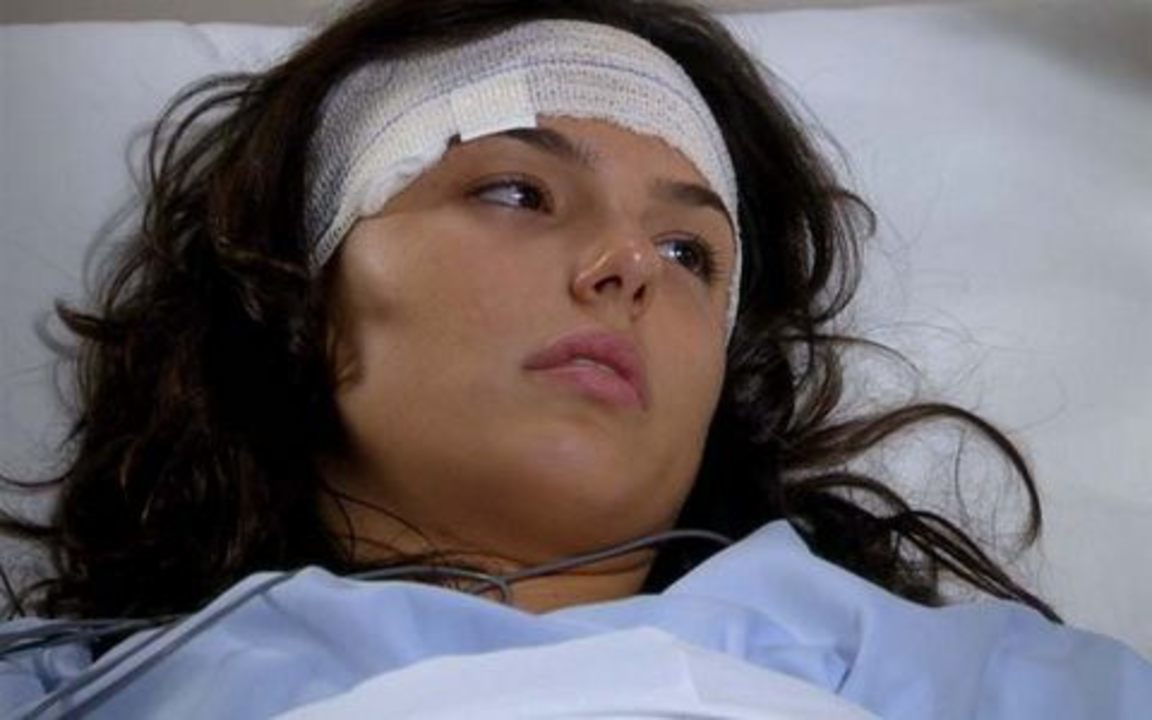 Ti-ti-ti - capítulo de quinta-feira, 22/07/2010, na íntegra - Marcela acorda no hospital e Bruna diz que ela será tratada como uma filha.