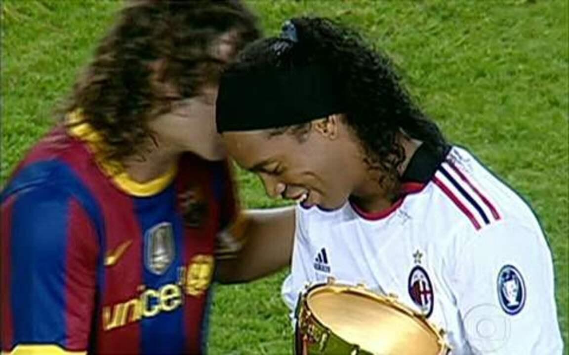 Ronaldinho Gaúcho recebe homenagem do Barcelona em amistoso com o Milan