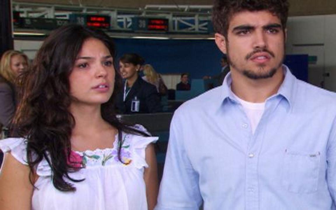 Ti-ti-ti - capítulo de terça feira, dia 28/09/2010, na íntegra - Edgar e Marcela se preparam para embarcar para o Rio de Janeiro quando Julinho surge no aeroporto e diz que eles precisam voltar para casa.
