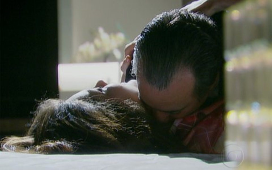 Passione - capítulo de quinta feira, dia 21/10/2010, na íntegra - Felícia vai à casa de Totó e os dois ficam juntos